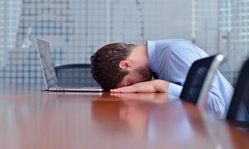 Sloguojantys darbuotojai biure įmonei brangiai kainuoja