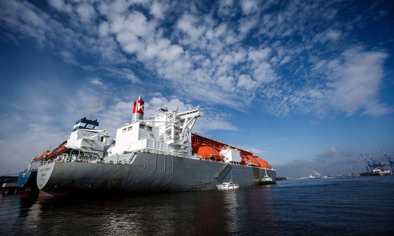 """Klaipėdos uostas. Suskystintų gamtinių dujų laivas-saugykla """"Independence"""" ir dujovežis """"Arctic Voyager"""". Vladimiro Ivanovo (VŽ) nuotr."""