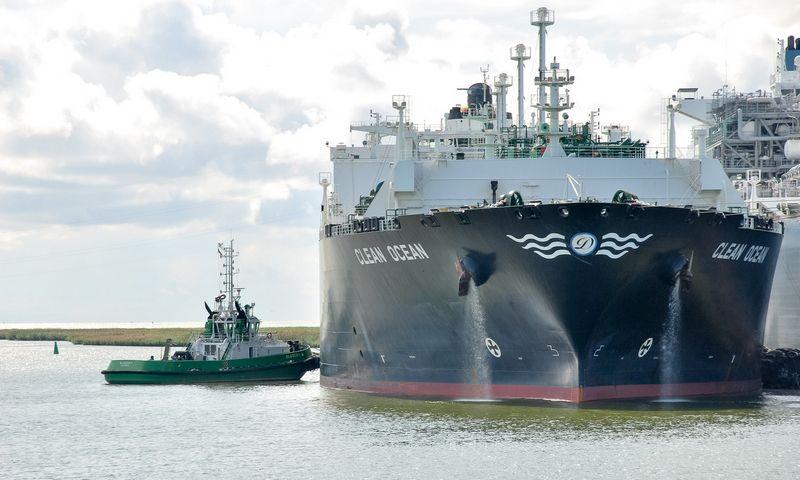 """Klaipėdos uostas. Dujovežis """"Clean Ocean"""" prie suskystintų gamtinių dujų importo terminalo """"Independence"""". Naglio Navako (VŽ) nuotr."""