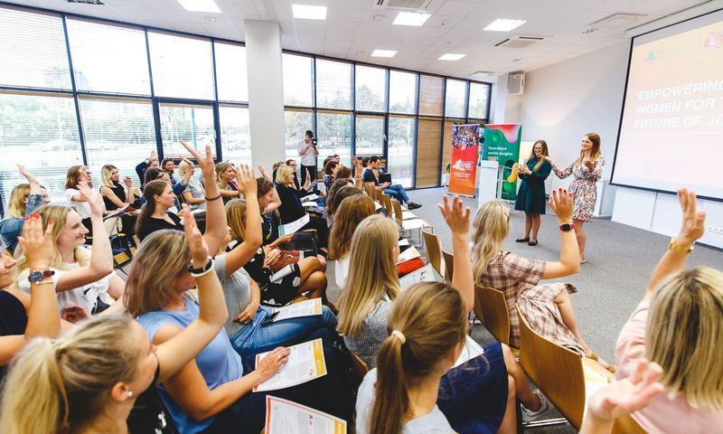 "Programos metu ""Coca-Cola"" atstovės kartu su ""Junior Achievement Lietuva"" komanda keliaus po Lietuvos mokyklas"
