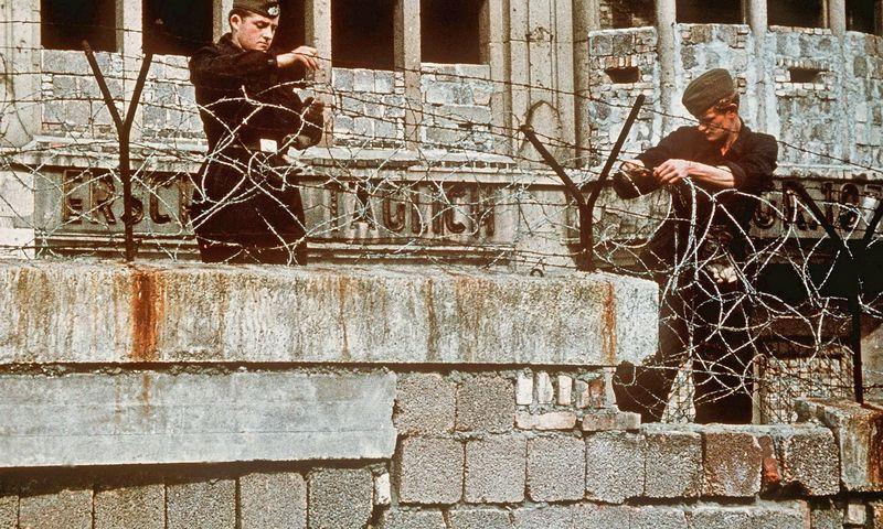 """1961-ųjų rugpjūčio 13 d. sovietų kariai Rytų Berlyne tvirtina sienos apsaugas. Vonderheid (ALLIANCE / IPA / """"Scanpix"""") nuotr."""