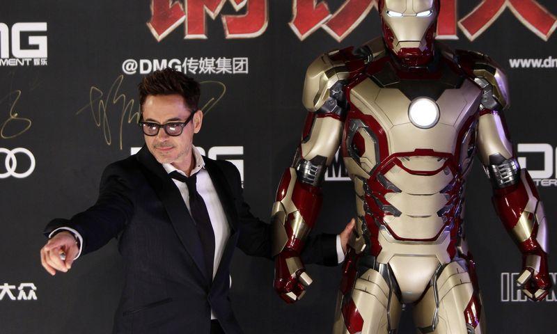 """Robertas Downey Jr., suvaidinęs """"Geležinį žmogų 3"""", pristato  filmą Pekino Uždraustajame mieste. Jasono Lee (""""Reuters"""" / """"Scanpix"""") nuotr."""