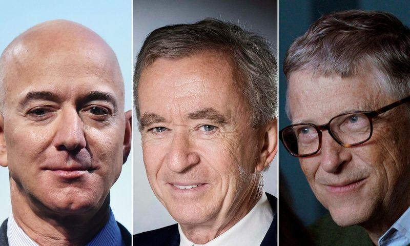 """Trys turtingiausi pasaulio asmenys (iš kairės): """"Amazon"""" CEO Jeffas Bezosas, """"Microsoft"""" įkūrėjas Billas Gatesas ir Bernardas Arnault, prabangos prekių grupės """"LVMH Moet Hennessy"""" vadovas. """"Scanpix"""" nuotraukų koliažas."""