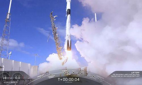 """Kosminio tinklo pradžia: """"SpaceX"""" sėkmingai paleido pirmuosius 60 palydovų"""