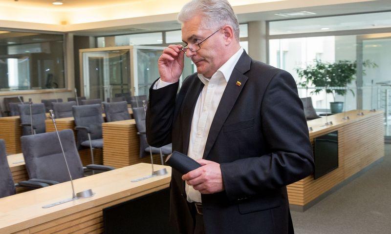 Seimo nariai slaptame balsavime balsuoja dėl VRK pirmininkės paskyrimo. Seimo narys Kęstutis Bartkevičius. Juditos Grigelytės (VŽ) nuotr.