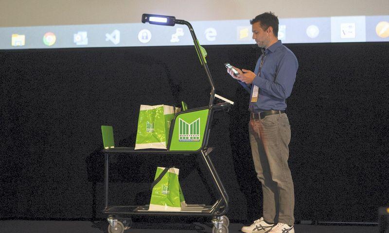 """""""Pentland Firth Software"""" įmonės generalinis direktorius Frankas Heinrichas pristatė išmanų prekių vežimėlį. Įmonės nuotr."""