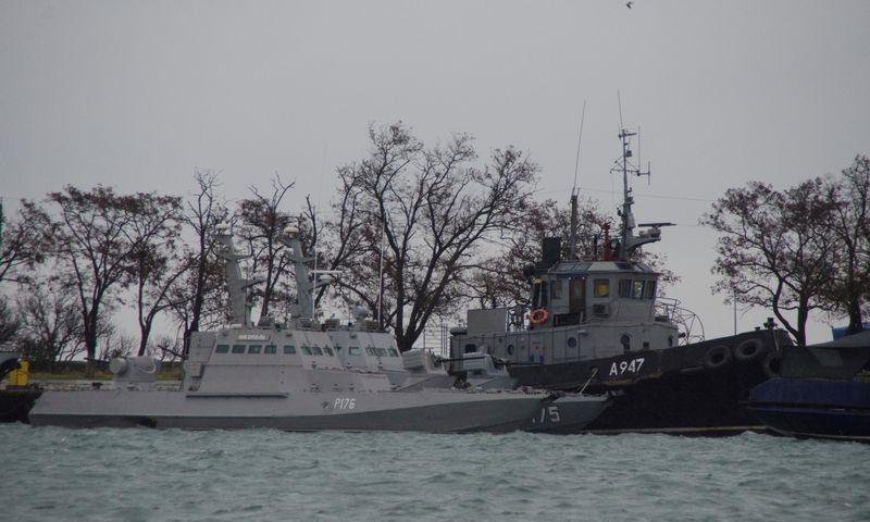 """Sulaikytieji Ukrainos laivai stovi Kerčėje. Allos Dmitrievos (""""Reuters""""/""""Scanpix"""") nuotr."""