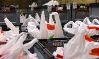 Už plastiko maišelių dalinimą nemokamai siūlomos iki 5.000 Eur baudos