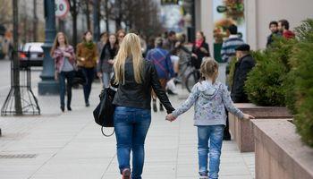 Darbuotojai nori laisvadienio vieną mažametį auginantiems tėvams, darbdaviai – prieš