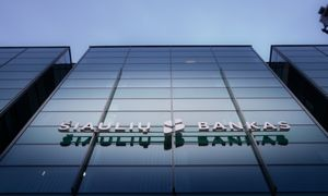 Bankui per brangu laikyti neįdarbintus grynuosius: anksčiau laiko išpirks obligacijas