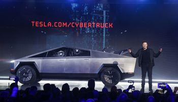 """Neeilinės išvaizdos """"Tesla Cybertruck"""" debiutą nustelbė nesėkmingi eksperimentai"""