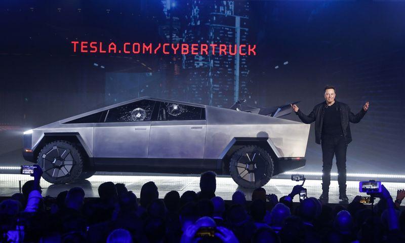 """Elonas Muskas pristato savo pirmojo pikapo """"Cybertruck"""" prototipą. AP / """"Scanpix"""" nuotr."""