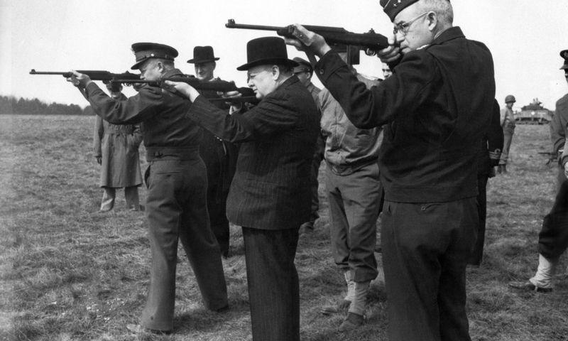 """JK premjeras Winstonas Churchillis (viduryje), JAV generolas Davidas Eisenhoweris (kairėje) ir JAV leitenantas generolas Omaras Bradley'us (dešinėje), 1943 m. AFP / """"Scanpix"""" nuotr."""