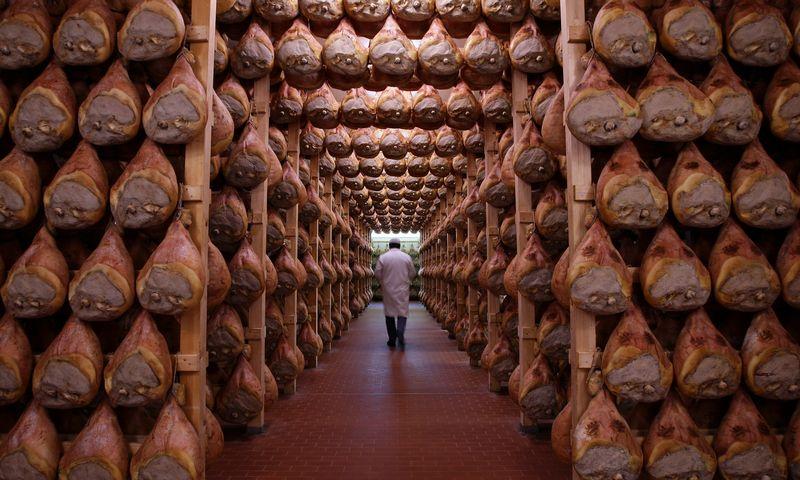 """Langirane netoli Parmos bręsta literatūriniai kumpiai. Stefano Rellandini / """"Reuters"""" nuotr."""