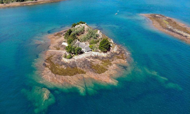 """Beveik 6,500 kv. m ploto Roch Ar Hon sala yra šiaurinėje Bretanės pusiasalio pakrantėje. Sotheby's International Realty"""" nuotr."""