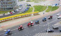 Į gatves su traktoriais išriedėjo protestuojantys ūkininkai