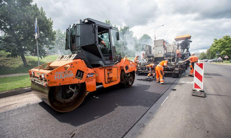 Klojamas asfaltas Taikos gatvėje, Vilniuje. Juditos Grigelytės (VŽ) nuotr.