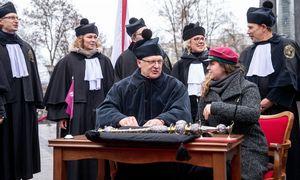 Keli šimtai praeivių prisijungė prie Vilniaus universiteto protesto