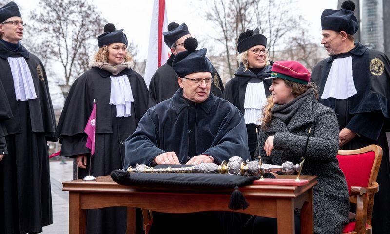 Protesto akcijos metu prie Vyriausybės dalijami aukštojo mokslo baigimo diplomai. Juditos Grigelytės (VŽ) nuotr.