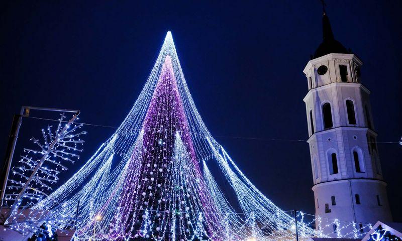 Šį savaitgalį Lietuvos miestai žiebs Kalėdų eglutes. Nuotraukoje – 2018 m. Vilniaus Kalėdų eglutė.  Vladimiro Ivanovo (VŽ) nuotr.
