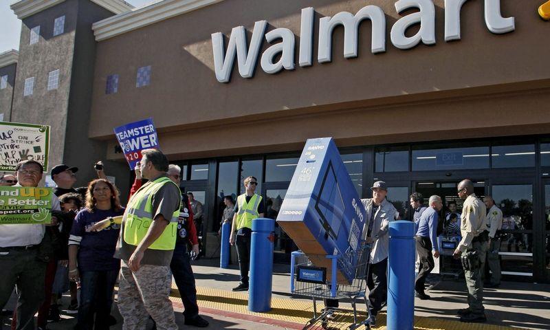 """Turtingiausia pasaulio šeima Waltonai valdo beveik 12.000 parduotuvių turintį prekybos tinklą """"Walmart"""". Nicko Uto (""""AP Photo""""/""""Scanpix"""") nuotr."""