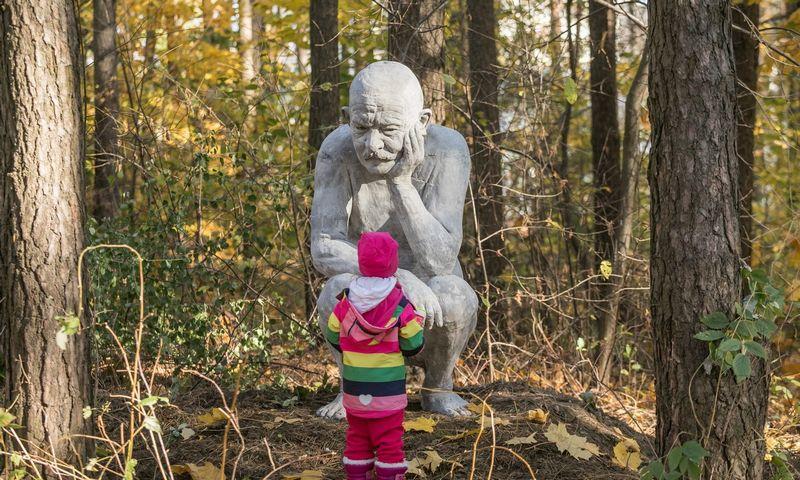 Viena iš Mykolo Saukos skulptūrų Viršuliškių miško parke. Sauliaus Žiūros nuotr.