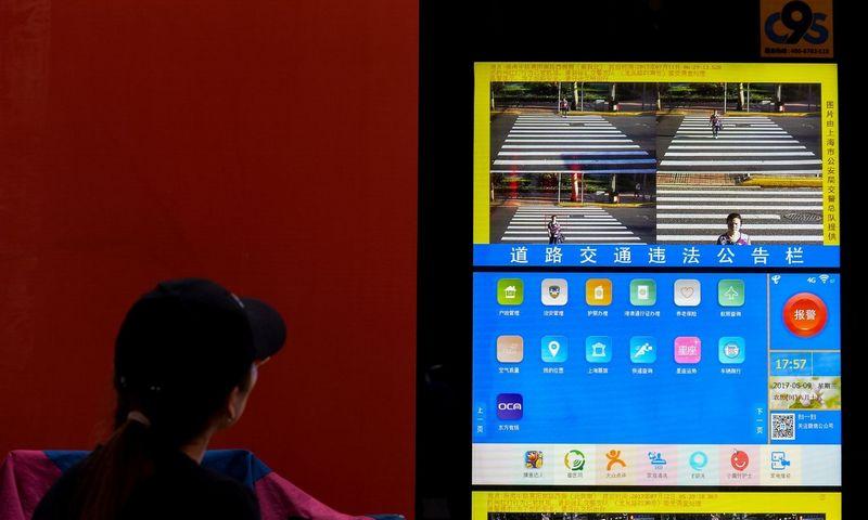 """2018 m. Kinijoje buvo įdiegta daugiau kaip 170 mln. stebėjimo kamerų. Thomo Peterio / """"Reuters"""" nuotr."""
