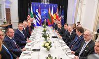 """NATO""""pirmūnių"""" lyderiusD. Trumpas vaišino pietumis"""