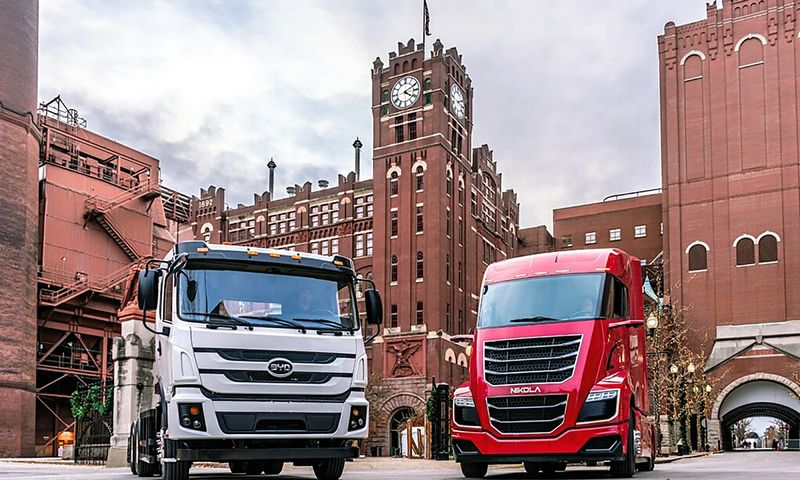 """Nikola Motors"" vilkikas ir BYD sunkvežimis ""Budweiser"" gamyklos kieme Sent Luise. ""Anheuser-Busch"" nuotr."