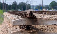 """Estijos premjeras: užbaigti """"Rail Balticą""""laiku vargu arrealu"""