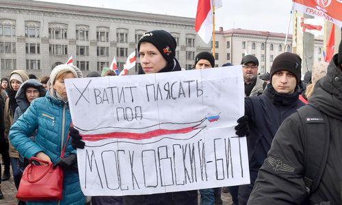 Baltarusijoje šimtai žmonių protestavo prieš glaudesnius ryšius su Rusija