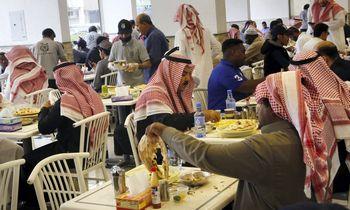 Saudo Arabijos restoranuose nebeliks atskirų įėjimų vyrams ir moterims