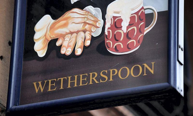 """Wetherspoon"" aludės iškaba centriniame Londone. Toby Melville (REUTERS/Scanpix) nuotr."