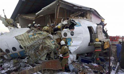 Kazachstane nukrito lėktuvas su beveik 100 žmonių