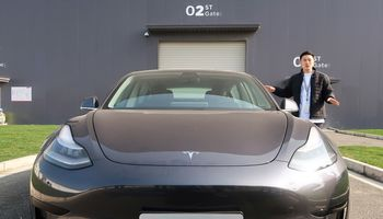 """""""Tesla"""" pirkėjams pristatė pirmuosius kiniškus """"Model 3"""""""