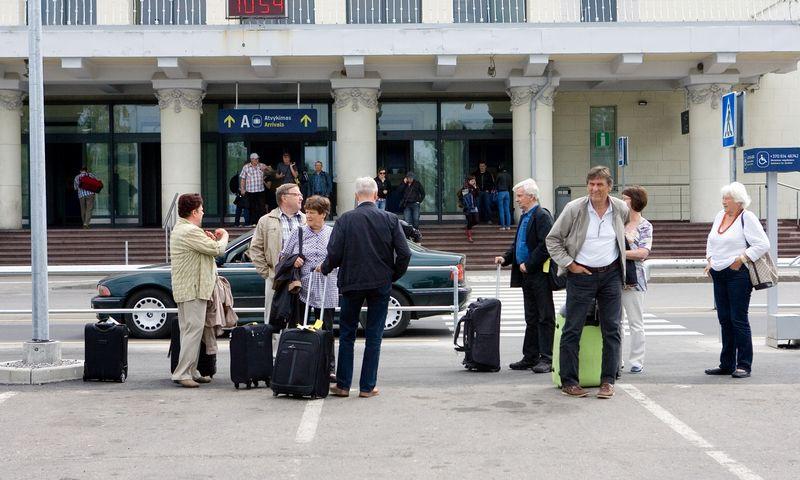 Žmonės su bagažu prie Tarptautinio Vilniaus oro uosto. Juditos Grigelytės (VŽ) nuotr.