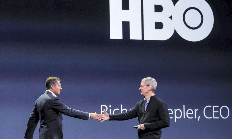 """Richardas Plepleris (kairėje) ir Timas Cookas, """"Apple"""" vadovas. Imago images (""""Scanpix""""/""""Xinhua"""") nuotr."""