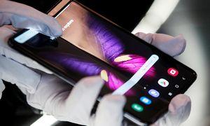 Technika: lankstomas telefonas –noriu, myliu, negaliu