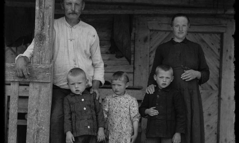 Tarpukario ūkininko šeima. Vlado Miškinio fotografija, Nacionalinis M. K. Čiurlionio dailės muziejus