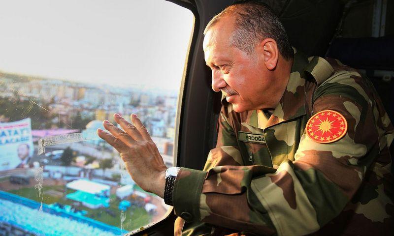 Recepas Tayyipas Erdo?anas elgiasi nedemokratiškai, perka iš rusų ginklus, glėbesčiuojasi su Vladimiru Putinu ir savo geopolitinius interesus įgyvendina nedemokratiškomis priemonėmis. Kayhano Ozero / AFP nuotr.