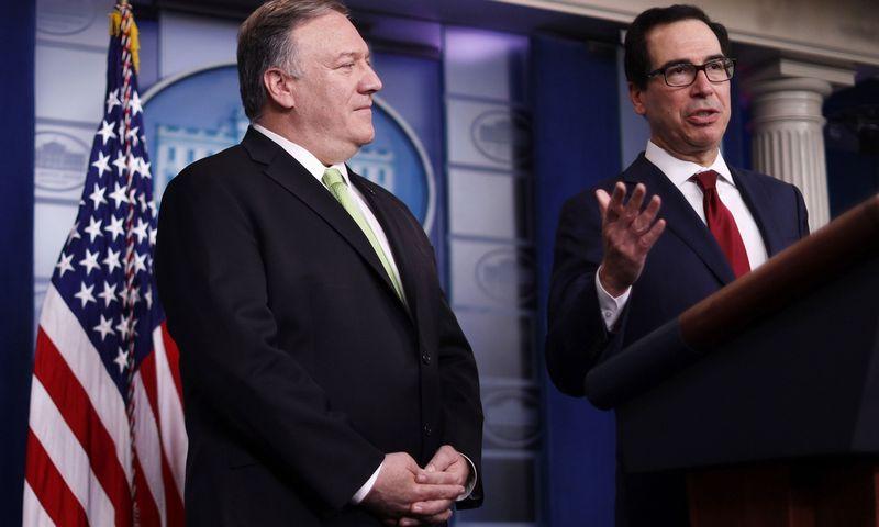 """JAV valstybės sekretorius M. Pompeo ir iždo sekretorius S. Mnuchinas. Alexo Wong (""""Getty Images"""" / AFP / """"Scanpix"""") nuotr."""