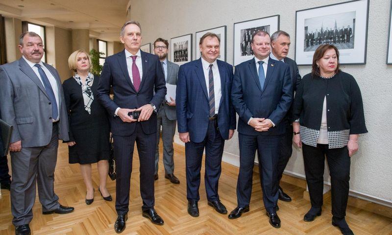 Vyriausybės, penkių darbdavių organizacijų ir dviejų profsąjungų atstovai trišalį susitarimą pasirašė 2017-ųjų rudenį. Juditos Grigelytės (VŽ) nuotr.