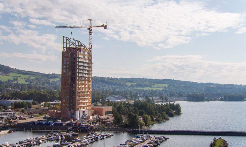 """Aukščiausias pasaulyje pastatas iš klijuotos medienos 2019 m pavasarį pastatytas Norvegijoje. """"Moelven"""" / Anti Jens Edgar Haugen nuotr."""