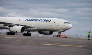 Pasaulinis krovininio oro transporto poreikis mažėjo net piko mėnesiais