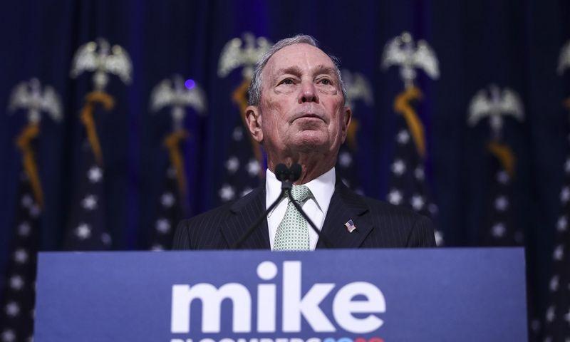 Demokratų kandidatų ratas vis plečiasi – visai neseniai prie rinkimų prisijungė senas Donaldo Trumpo priešas milijardierius Michaelas Bloombergas. AFP nuotr.