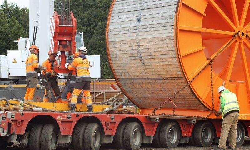 """Klaipėda. Pradėtas vienas sudėtingiausių elektros jungties su Švedija """"NordBalt"""" darbų etapas – po Kuršių marių dugne išgręžtus vamzdžius ištrauktas 1,6 km ilgio kabelis. Algimanto Kalvaičio nuotr."""