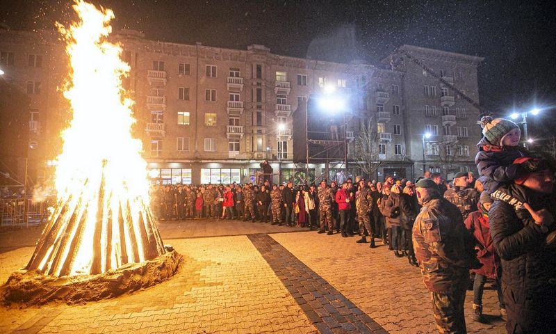 Sausio 13-osios išvakarėse prie Seimo buvo tradiciškai uždegti Atminimo laužai. Arno Strumilos (15min.lt/Scanpix) nuotr.