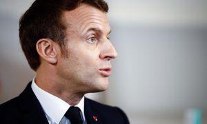 E. Macronas dėl protesto skubiai išvestas iš Paryžiaus teatro