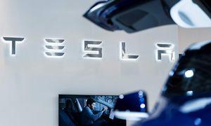 """JAV eismo saugos agentūra nagrinėja skundą dėl savaime greitėjančių """"Tesla"""" automobilių"""