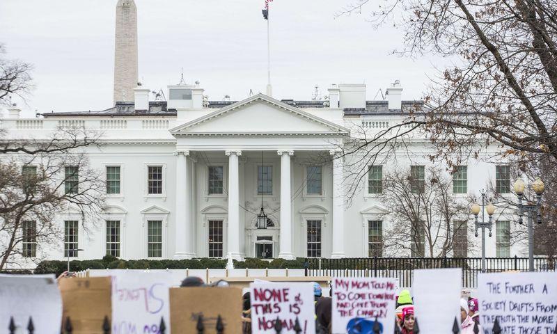 """Moterų žygis prie Baltųjų rūmų šeštadienį, sausio 18 d. Zach Gibson (AFP/""""Scanpix"""") nuotr."""